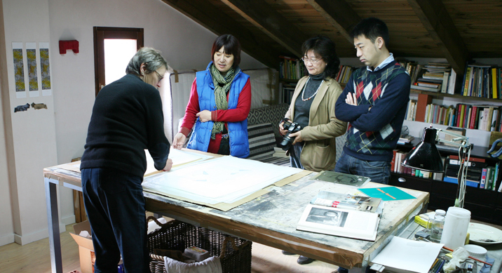 The Chinese delegation also visited Helma in her studio.